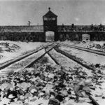 Entrada a Auschwitz-Birkenau,a├▒o 1945 - foto Bundesarchiv